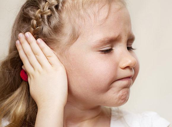 Симптомами являются отальгия, заложенность уха и снижение слуха