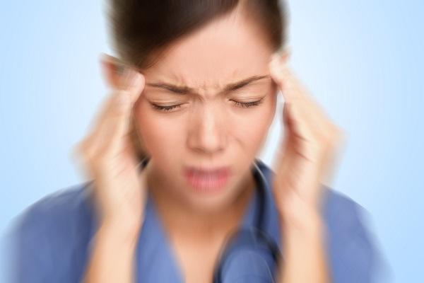 Началом заболевания служит головная боль