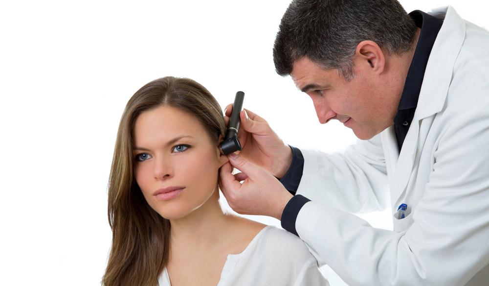 При появлении первых симптомов отита необходимо обратиться к отоларингологу