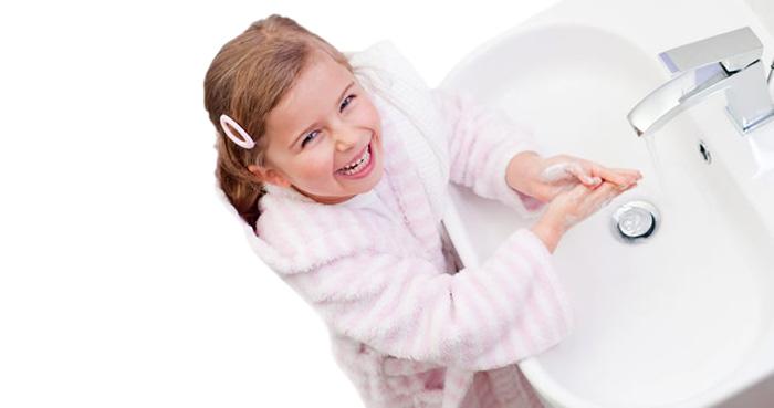 Перед едой ребенок должен обязательно мыть руки.