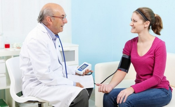 Врач может определить гипотонию с помощью измерения артериального давления