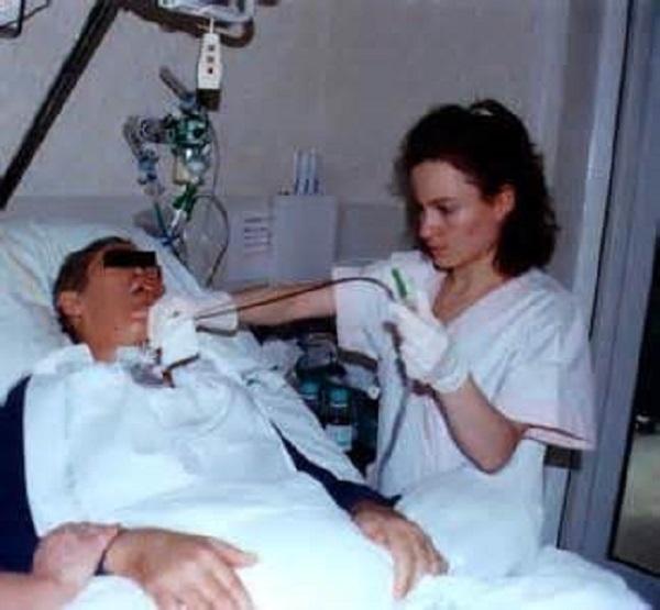 Поскольку люди в коме находятся в бессознательном состоянии, врачи должны полагаться на физические признаки