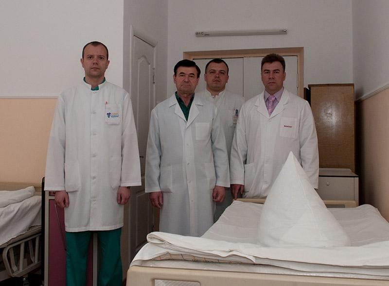 Слева направо: Сергей Гуска, Василий Павлюк, Константин Чугалинский, заведующий отделением Виктор Ткач.