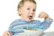 Ребенок учится кушать самостоятельно