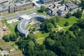 Вид с высоты птичьего полёта показывает, как здание штаб-квартиры гармонично вписывается в Карл-Дуйсберг-парк